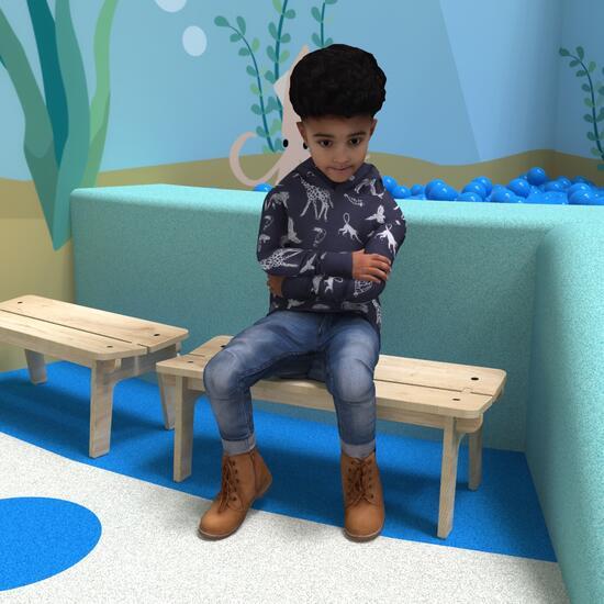 Op deze afbeelding ziet u een kind op de Buxus Bench wood uit de kindermeubel collectie Buxus
